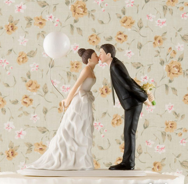 cake topper bride and groom with balloon