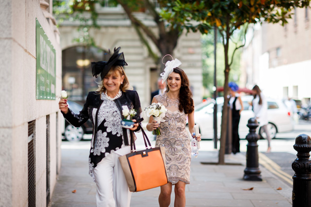 Bride on her way to the ceremony with her mum | Confetti.co.uk