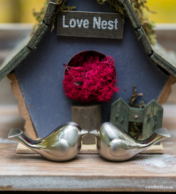 Autumn Wedding Details | Mini bird house wedding decor | Love birds metal place card holder | Confetti.co.uk