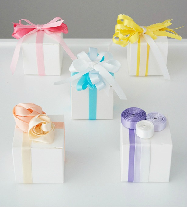 Favour boxes with coloured ribbons   Confetti.co.uk