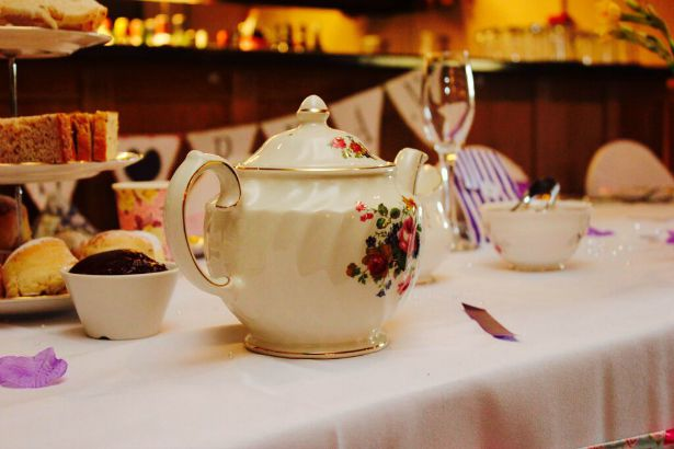 Vintage teapot at Jess and Ryan's real wedding | Confetti.co.uk
