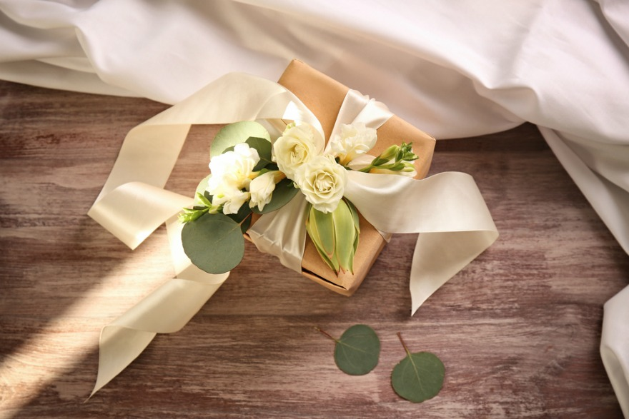 Choosing wedding gift by Tinggly   Confetti.co.uk