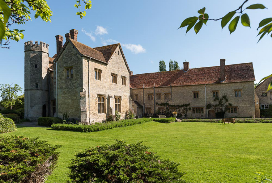 Country House Wedding Venues in Oxfordshire - Notley Abbey by Bijou Weddings - Beautiful Outdoor Wedding Venues in the UK   Confetti.co.uk